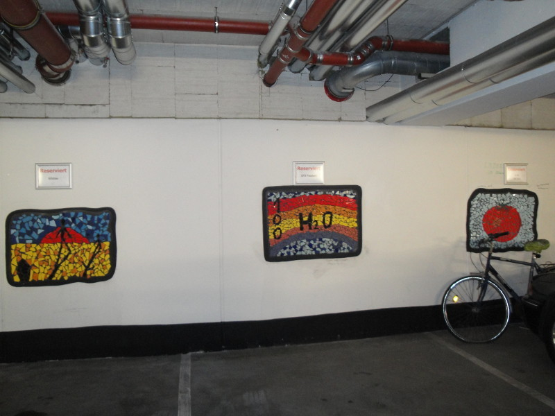 Parkkeller mit Mosaiken statt Nummern