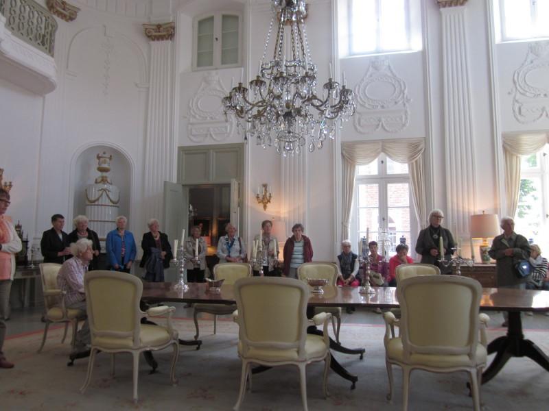 der Saal ist 10 m hoch und hat 100m²