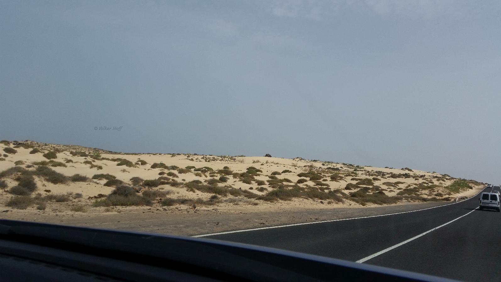 Blick von der Straße auf die Wanderdüne El Jable
