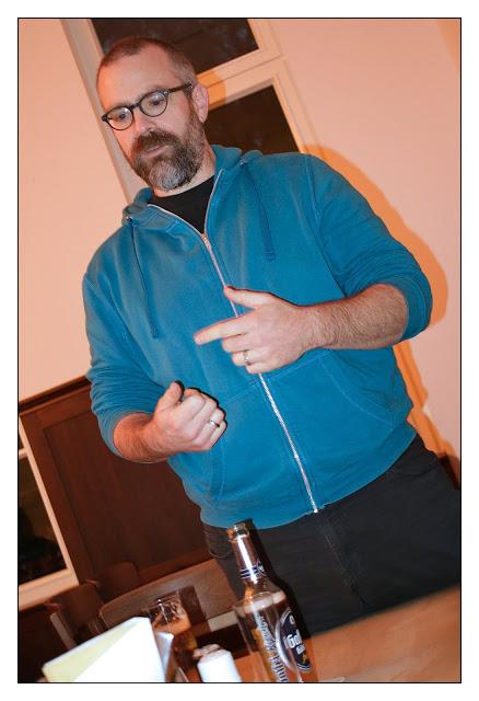 Martin Ingenhoven improvisiert eine Rede kurz vor der Verteilung der Contüten
