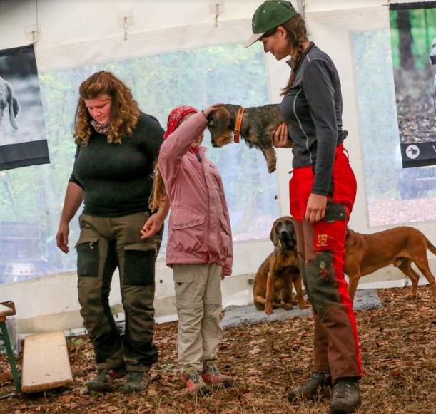Utah vom Neunten Weinberg being pet by children