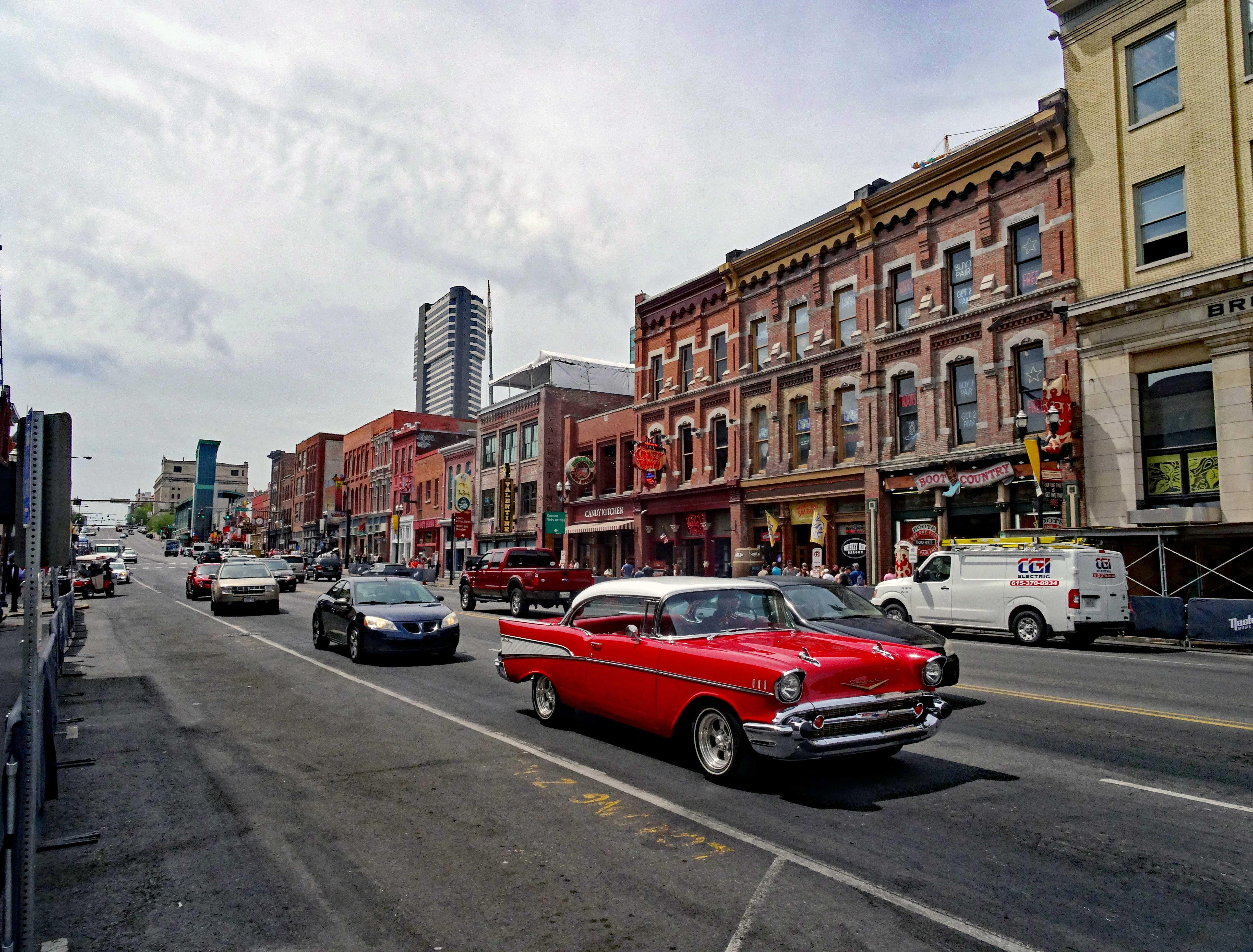 Motoglobe_Motorradreisen. Viele Autos fahre auf dem Broadway in Nashville, Tennessee, USA