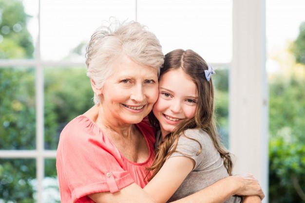 笑うおばあちゃんと孫