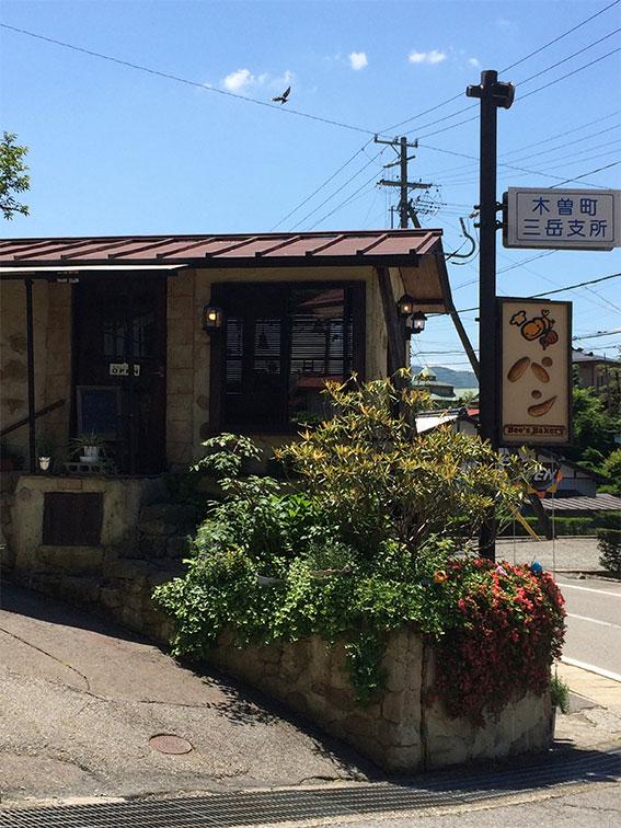 始めにBee's Bakeryへ。地震の影響でお店を修理するため、隣の自宅玄関でたくさんパン販売してました~