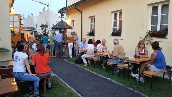 Bei schönem Wetter kann man im wunderschönen Gastgarten Platz nehmen.