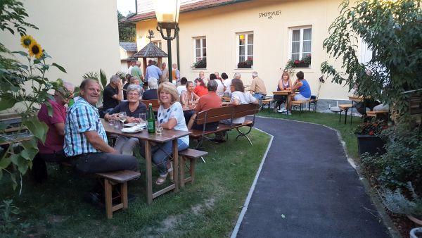 Im Innenhof befindet sich der blumengeschmückte Gastgarten.