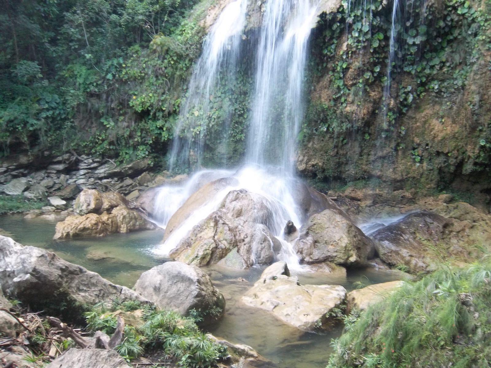 Im Regenwald in Kuba: Baden unterm Wasserfall in Soroa