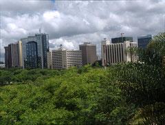 Uhuru Park und die Skyline von Nairobi im Hintergrund.