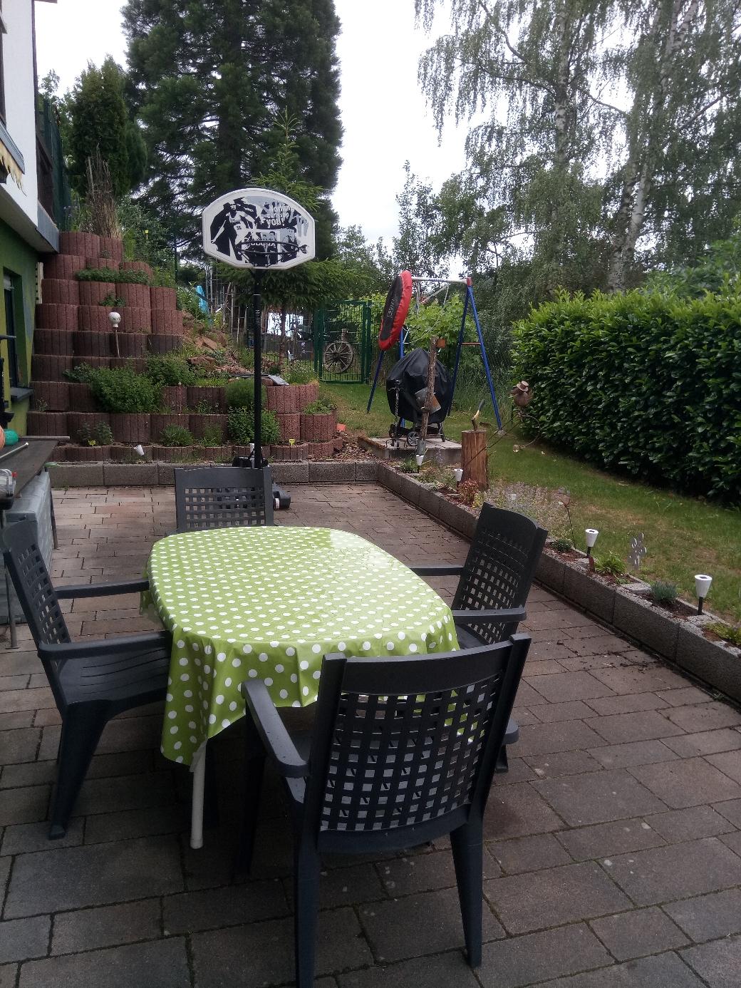 Terrasse mit Garten und Kräutergarten