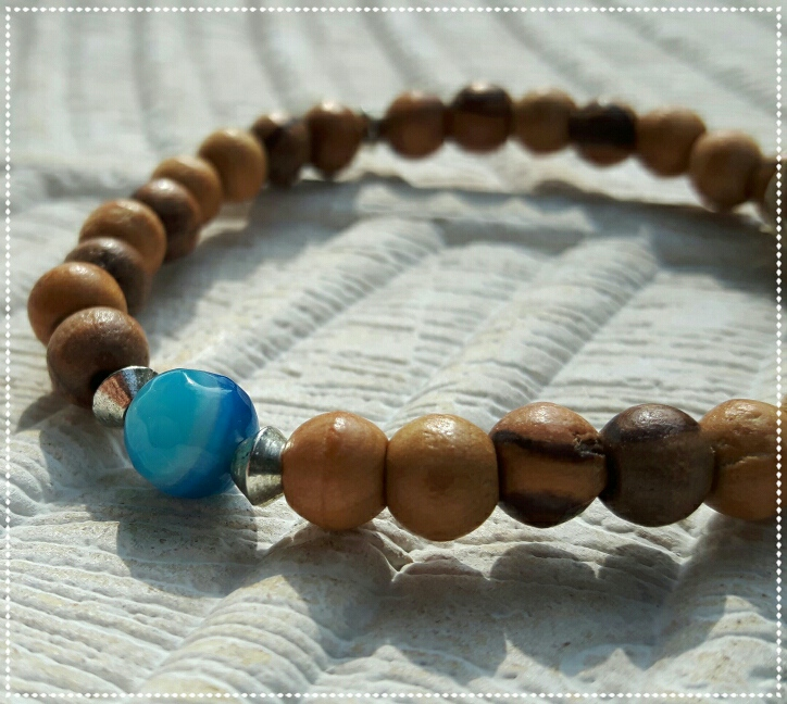 Mala bracelet with single blue agate