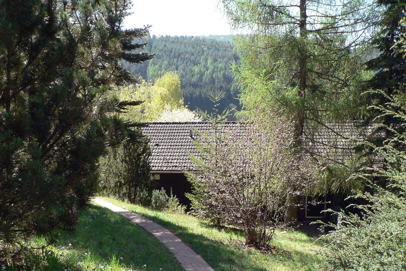 Der Weg vom Parkplatz bis zur Blockhütte Blick auf Nordseite des Hauses