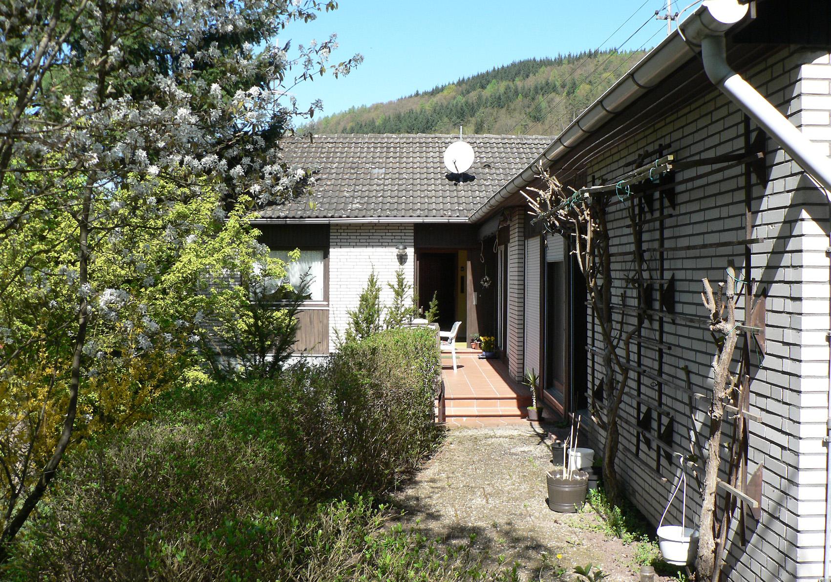 Eingang Obergeschoss, Küchenfenster, rechts Schwimmbad und Terrasse OG
