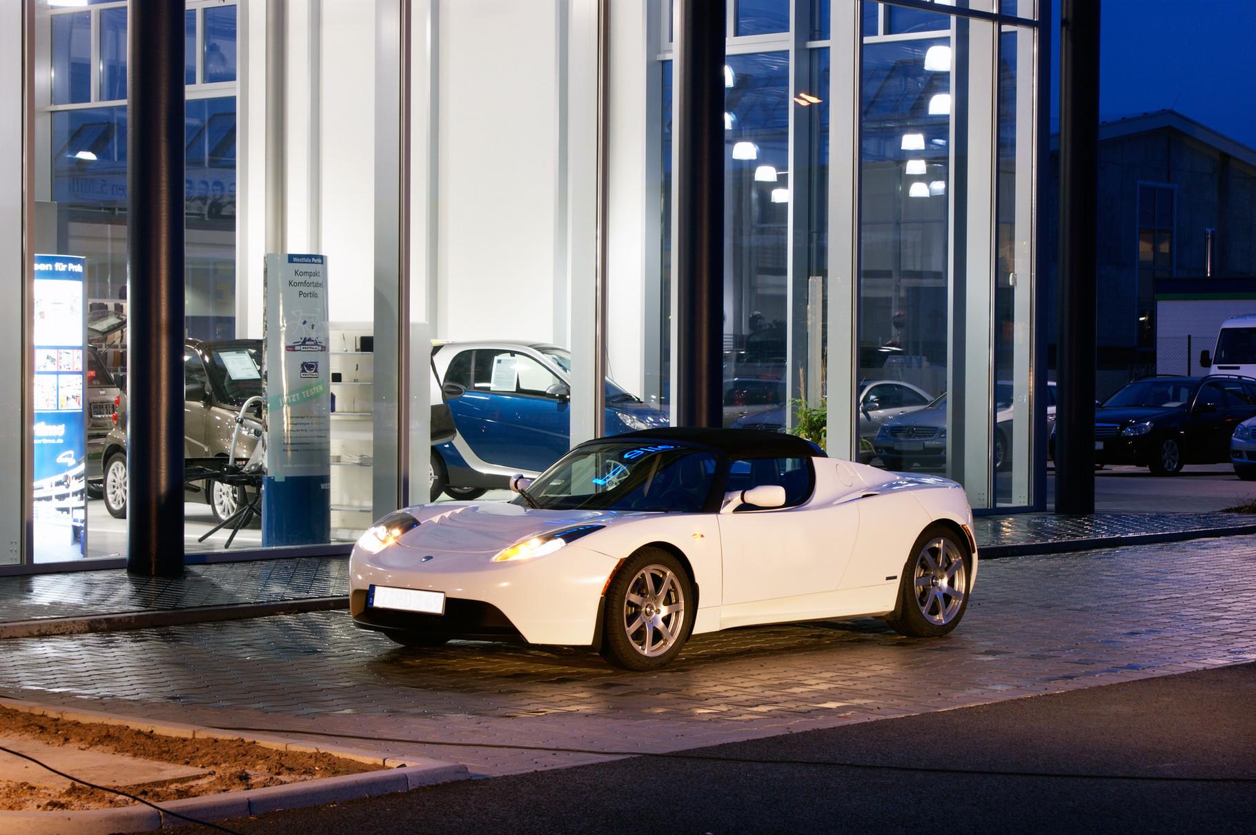 Ausgangsfoto: «Tesla-Fahrzeug wird in Szene gesetzt»