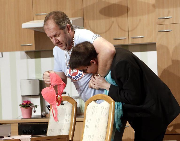 Kai Ludermann (Reiner Gerdes) nimmt sich den Fotografen (Jerry Schüttert) vor. (Foto: Jürgen Wolter)