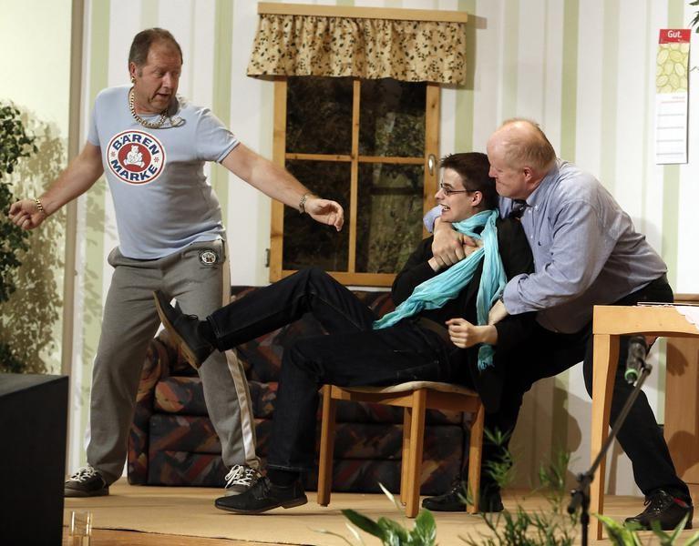 Schluss mit lustig: Kai Ludermann (Reiner Gerdes, l.) und Wilfried Meyer (Willi Deckling, r.) gehen auf den Fotografen (Jerry Schüttert) los. (Foto: Jürgen Wolter)