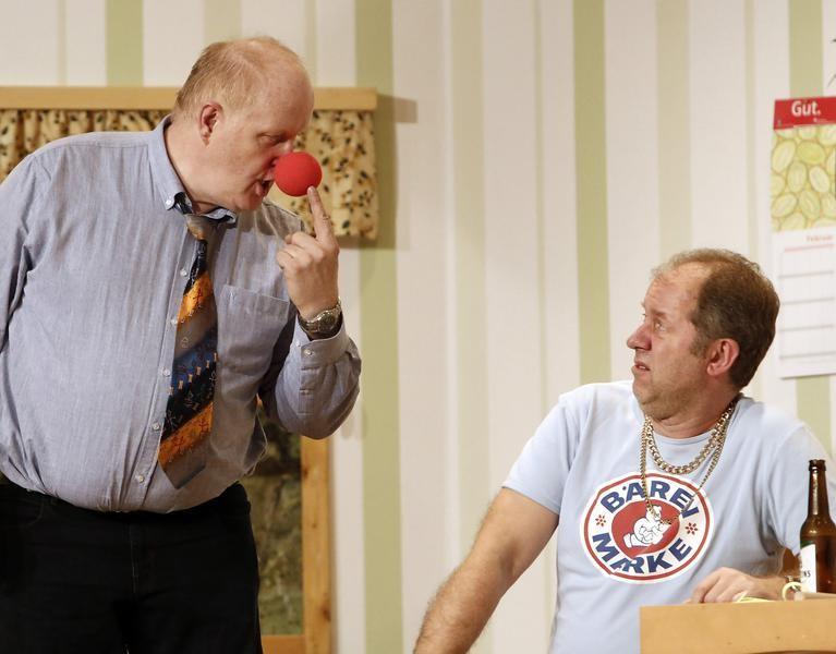 Kai Ludermann (Reiner Gerdes) ist nicht erbaut von den Scherzartikeln von Wilfried Meyer (Willi Deckling) (Foto: Jürgen Wolter)
