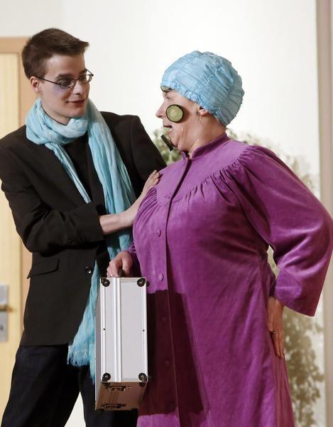 Der Modefotograf (Jerry Schüttert) bezirzt Tante Sabine (Doris Niklas). (Foto: Jürgen Wolter)