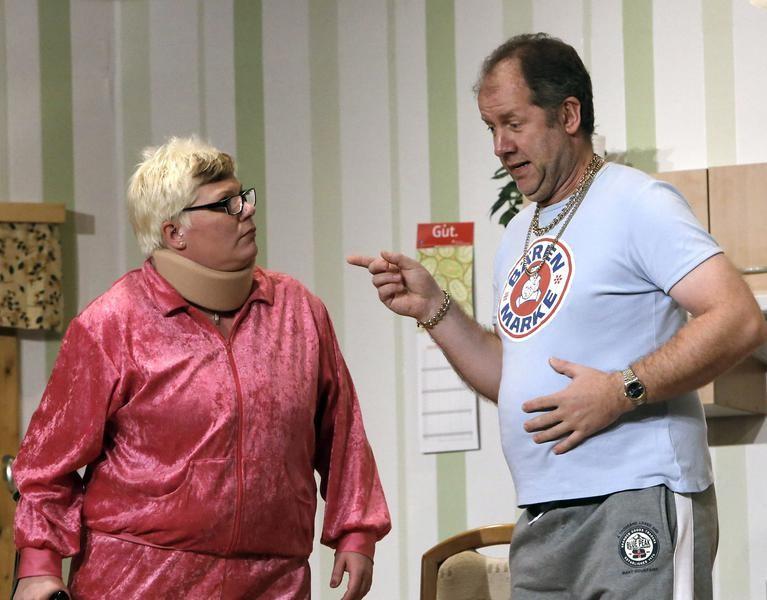 Hilde Ludermann (Sandra Rottke) will ihren Bruder Kai (Reiner Gerdes) mit Biene verheiraten. (Foto: Jürgen Wolter)
