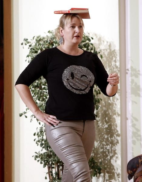 """Biene (Heidi David) will Model werden und übt für den """"Catwalk"""" (Foto: Jürgen Wolter)"""