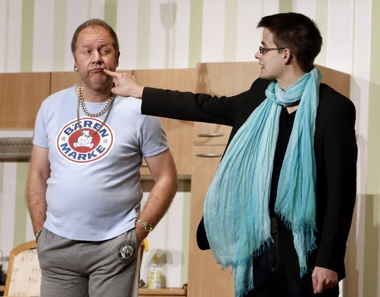 Kai Ludermann (Reiner Gerdes) traut dem Fotografen (Jerry Schüttert) nicht über den Weg. (Foto: Jürgen Wolter)