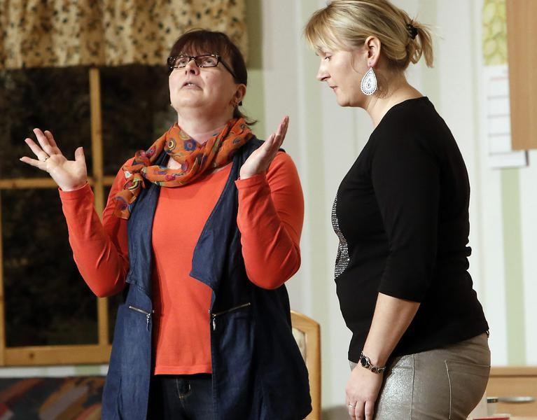 Vermieterin Sabine Meyer (Nicole Bußmann, l.) muss für Biene (Heidi David) lügen. (Foto: Jürgen Wolter)