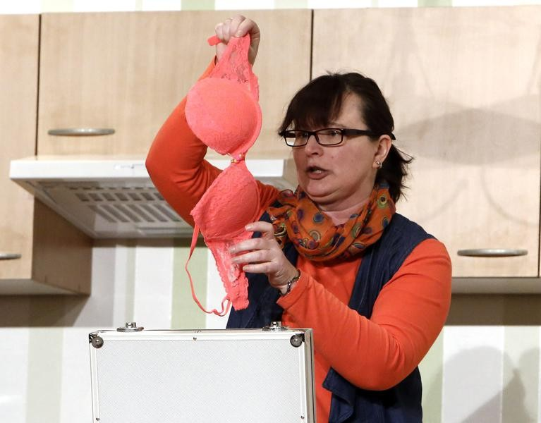 Vermieterin Sabine Meyer (Nicole Bußmann) ist entsetzt über die Dessous im Koffer des Modefotografen. (Foto: Jürgen Wolter)