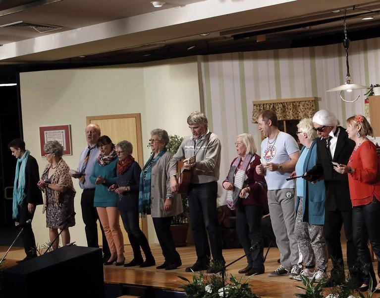"""Mit dem Song """"Schatzi, schenk mir ein Foto"""" verabschiedet sich das Ensemble nach der Vorstellung. (Foto: Jürgen Wolter)"""