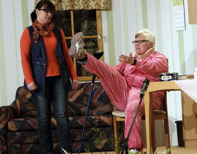 Hilde Ludermann (Sandra Rotke r.) wittert das große Geld. (Foto: Jürgen Wolter)