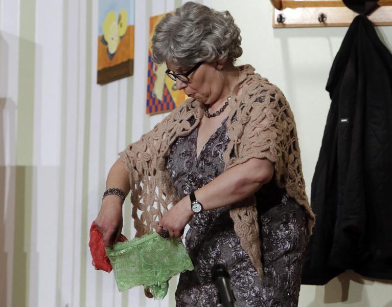 Wär das was für mich? Tante Sabine (Doris Niklas) schaut sich die Dessous genauer an. (Foto: Jürgen Wolter)