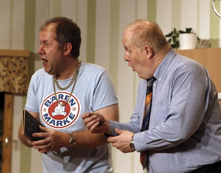Jetzt reichts: Kai Ludermann (Reiner Gerdes, l.) und Wilfried Meyer (Willi Deckling) kurz vor der Explosion. (Foto: Jürgen Wolter)