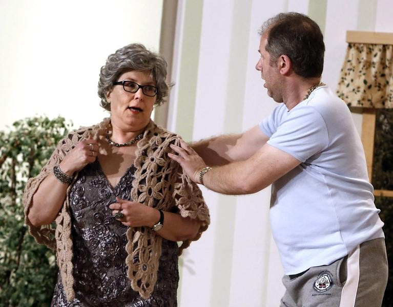 Tante Sabine (Doris Niklas) lebt: Kai Ludermann (Reiner Gerdes) ist entsetzt. (Foto: Jürgen Wolter)