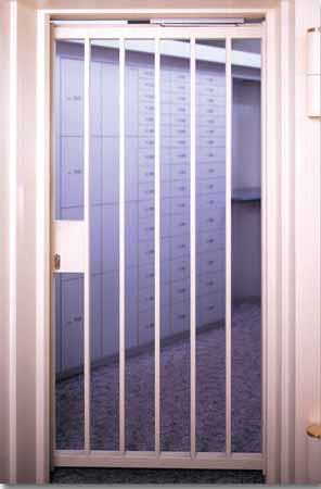 Wertheim Gitterdrehtür aus Stahl lackiert, mit Hauptsperre, elektrischem Türöffner und hydraulischem Türschließer, presented by Egger Tresore Safes