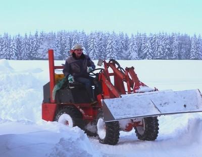 Elmar beim Schneeräumen