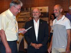 Richard Weibert und Richard Kalkbrenner ( Bildmitte ) gratulieren