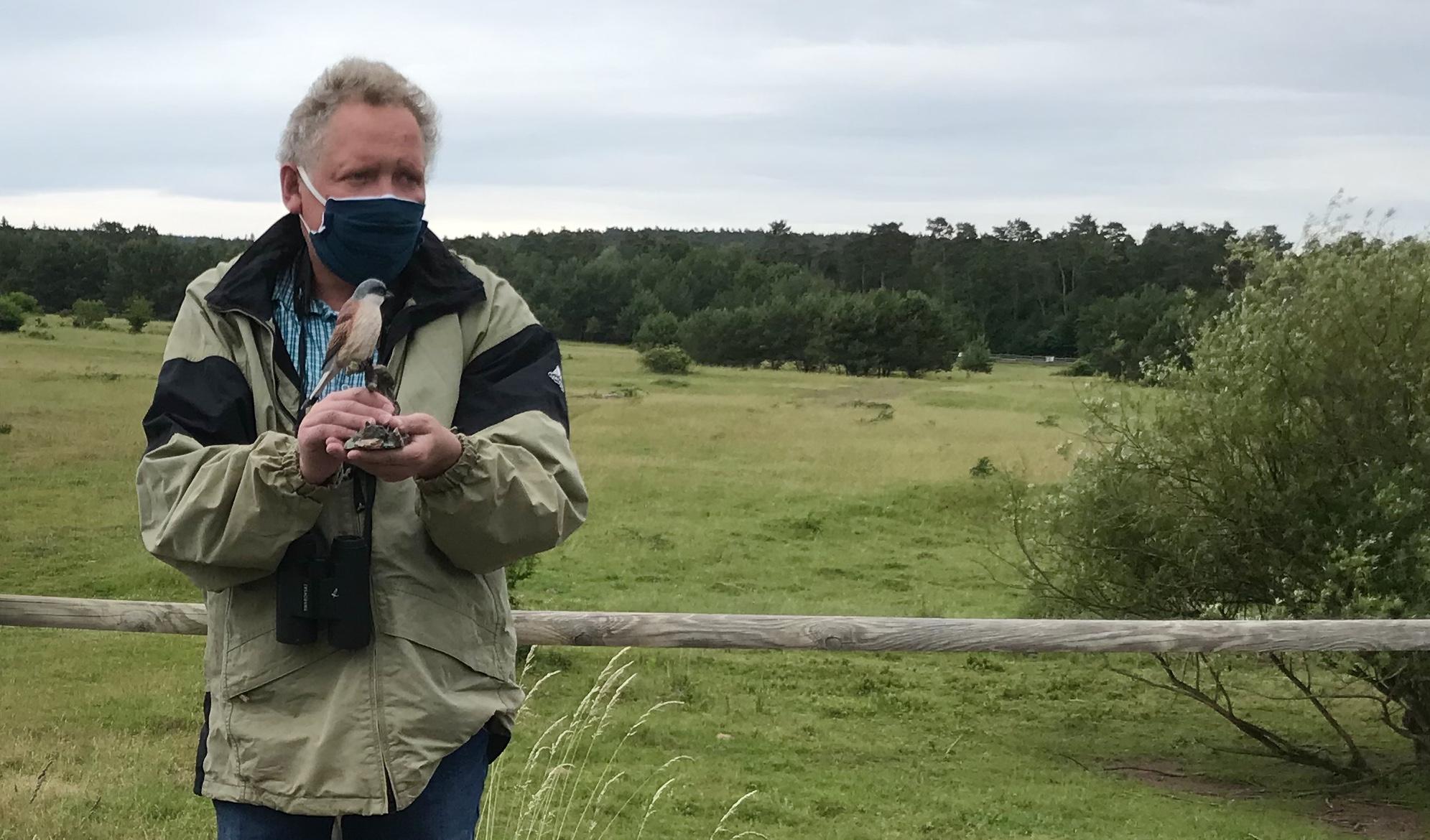Auch der Referent trägt Maske: Roland Mayer mit Neuntöter-Modell