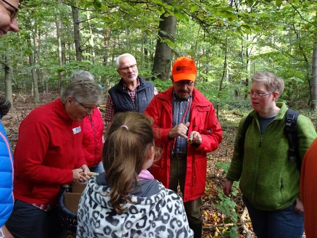 Der Referent Dr. Bsonek erklärt die Unterscheidungsmerkmale verschiedener Pilze