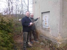 Wolfgang Olbrich und Richard Kalkbrenner am Trafoturm