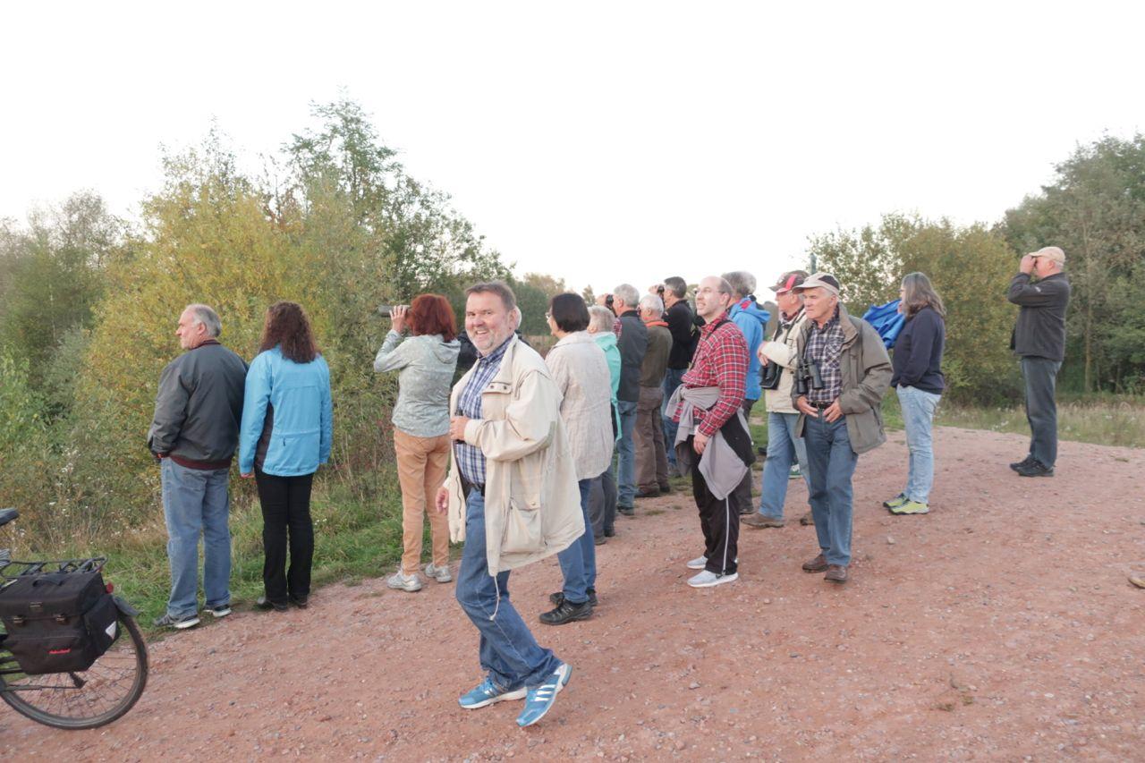 Die Naturfreunde beobachten Zugvögel; im Vordergrund Klaus Heller vom LBV-Gebäudebrüterprojekt