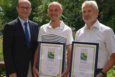 Landrat Reuter mit den beiden Preisträgern
