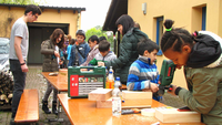 Die Kinder und Jugendlichen bohren Löcher in die Nisthölzer, in denen die Wildbienen ihre Eier ablegen können