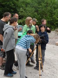 Die Jugendlichen mit ihren Familien bei einer Vogelexkursion mit dem LBV-Fachreferent Thomas Stadtmüller