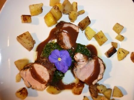 Rindsfilet auf Spinatbeet mit Rotwein-Schoggi-Sauce und Katroffelwürfeln
