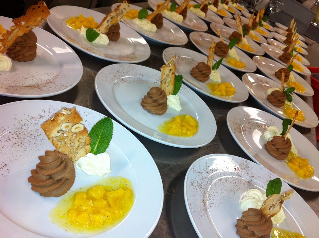 weisses & dunkles Schoggi-Mousse mit marinierten Orangenfilets & Cantuccini
