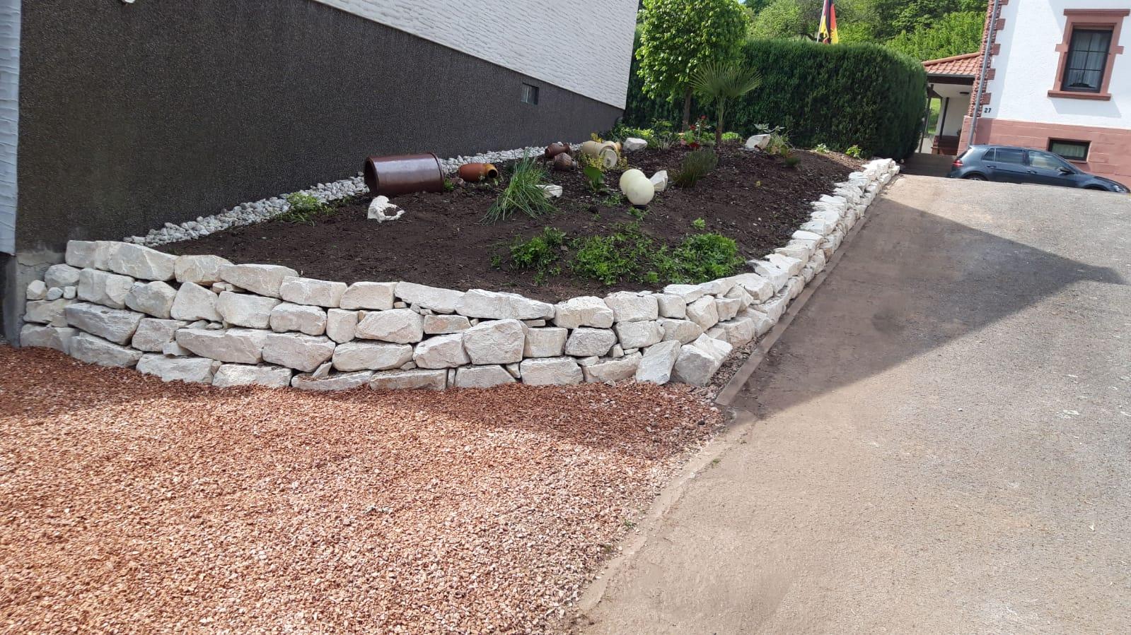 Neubau Blumenbeet mit Natursteinen