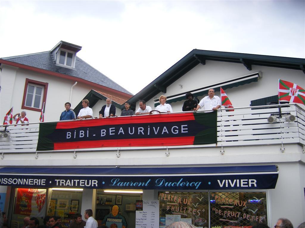 2007 Les clés sont lancées du balcon dans toutes les langues du quartier