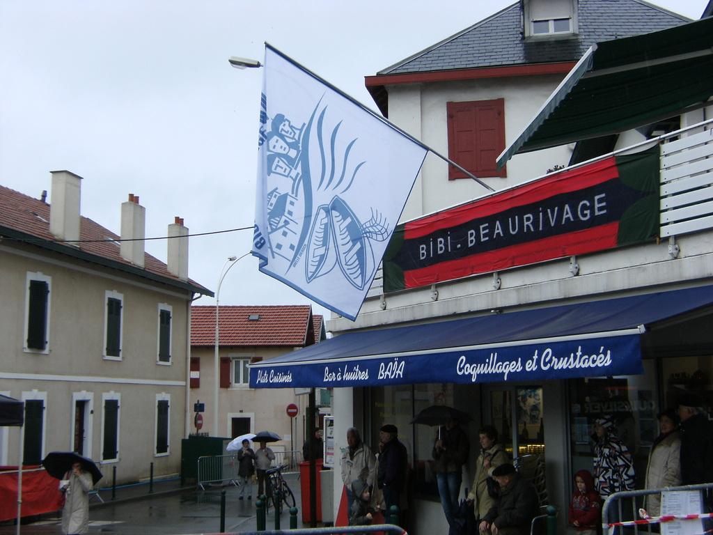 La bandera flotte sur le quartier