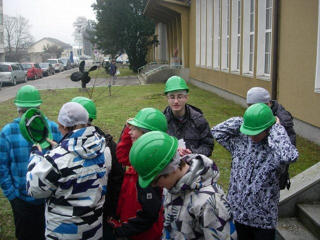 Sicherheit am gelände - jeder bekommt einen Helm