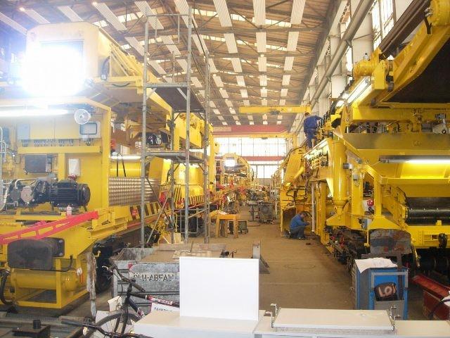 Bahnbaumaschinen bei der E-Installation und Prüfung