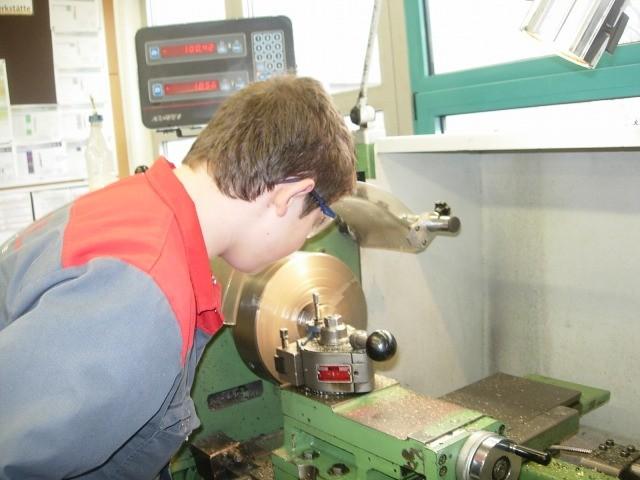 Lehrlinge in der Werkstatt - auch technische Zeichner (Konstrukteure) müssen praktische Arbeiten leisten