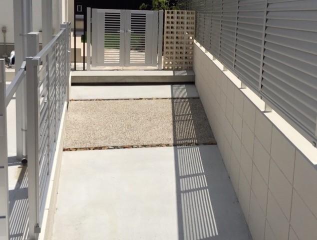 土間コンクリートのアプローチ。滑りやすい傾斜部分は砂利舗装に